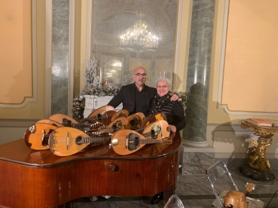 """Classe e mandolini, ma anche solidarietà nella festa """"xeventinchristmas"""""""
