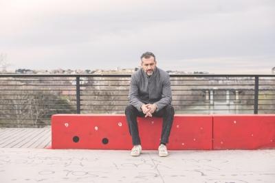 """Amore e scomodi equilibri: sdrammatizzare un'intensa storia d'amore è l'intento di """"E Tu Dormi"""", il nuovo singolo di Matteo Sacco."""