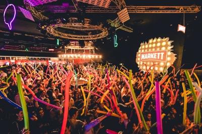 Donoma Club, ritorna MARKETT con POPSTAR: il party che accende le vetrine e rende il pubblico protagonista