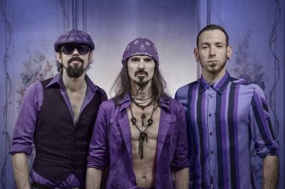 """OCTOPUSS: dopo aver conquistato oltre un migliaio di palchi in tutto il mondo,  alcuni dei quali condivisi con icone come Deep Purple e Scorpions,  il powertrio """"torna"""" in Europa con il singolo  MIAMI AIRPORT"""